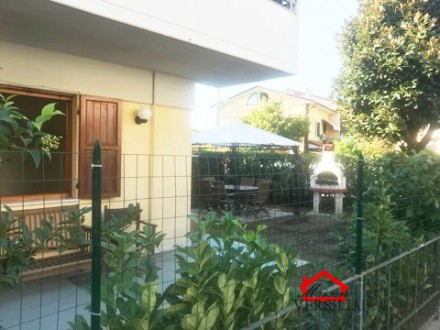 Ground floor apartment with garden for rent multi-year Marina di Massa