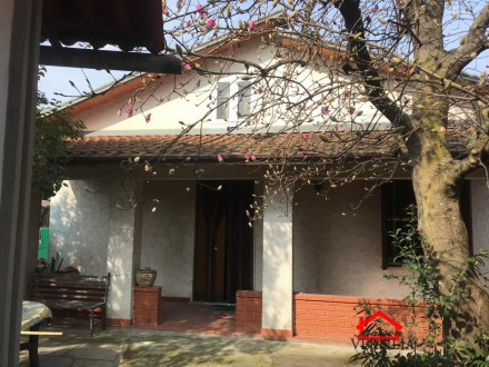 Semi indipendent with guest house and garden in Massa